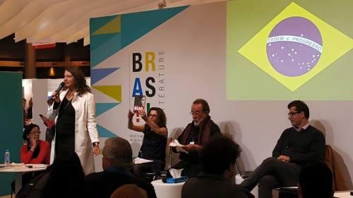 A curadora da presença brasileira no Salão do Livro de Paris, Guiomar de Grammont, abriu a mesa em que Fernando Morais e eu falamos sobre biografia, sob mediação da jornalista da Radio France Internationale Adriana Brandão